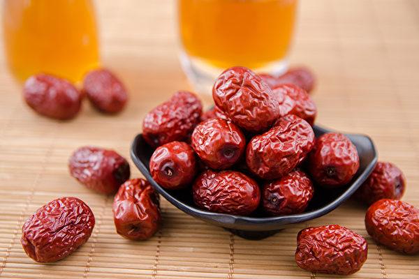 红枣、金银花等中药材,适合在家中常备。(Shutterstock)