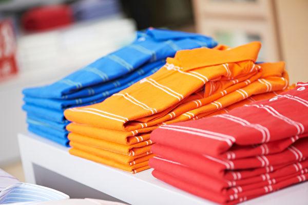 少买鲜艳衣物,购买前可先闻一下是否有刺鼻味。(Shutterstock)