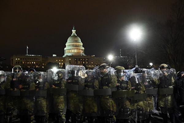 图为国会大厦外面的防爆警察