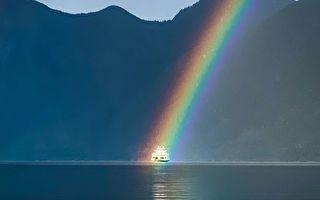 完美時刻 渡輪與彩虹交匯的精美畫面