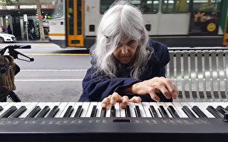 露宿街頭仍痴愛演奏 澳85歲老婦醉心鋼琴