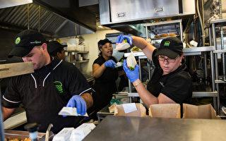 紐約市長簽署法案 禁無故解僱快餐店員工