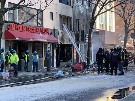 法拉盛37大道136-15、136-17、136-19号商业楼发生7级大火,图为火灾现场一篇狼藉,商铺被烧得焦黑。