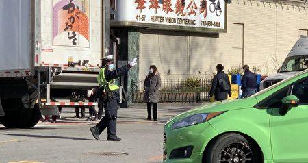 交警在執法,指揮私家車輛繞路而行,不要繼續在緬街行駛。