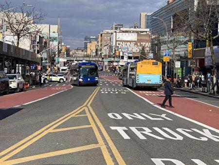 私家車禁入緬街首日,車輛大為減少,馬路暢通無阻,基本只有公交車行駛。