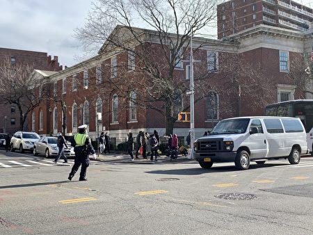 交警在三福大道路口攔截私家車輛,不讓再繼續往北行駛,要求它們拐彎離開緬街。
