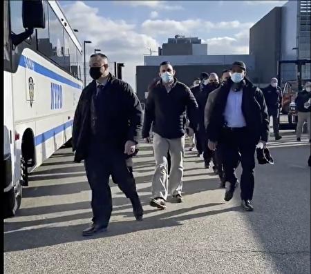 1月18日,紐約警察局(NYPD)的警察動身前往首都華盛頓DC,為拜登就職日提供保安工作。