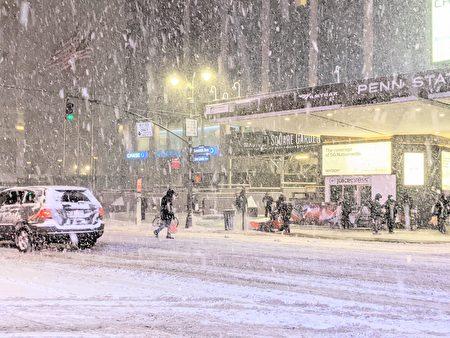 国家气象局预测,纽约市1月31日晚间开始降雪直到2月2日,估计积雪可达6吋。图为去年12 月16日晚的曼哈顿街头。