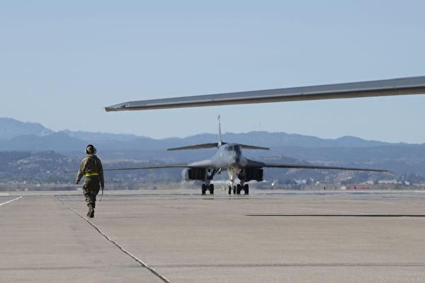 2020年10月1日,美军第34远征轰炸机中队的维护保养队进驻关岛。(美国空军)