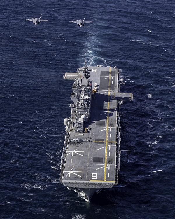 2020年10月20日,日本空中自卫队的F-35战机与美军两栖攻击舰美利坚号(LHA 6)共同演练。(美国海军)