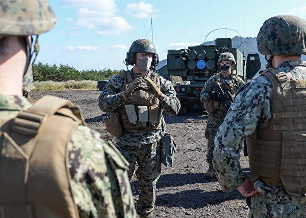 2020年10月27日 ,美国海军陆战队在日本富士营联合武器训练中心演示M142高机动火箭系统战备情况。 (美国印太司令部)