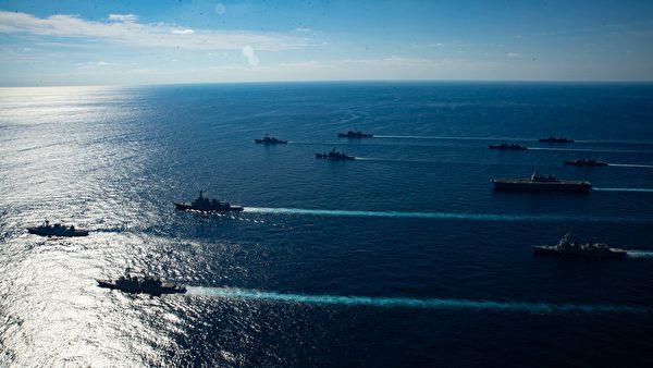 """2020年11月5日 ,里根航母(CVN76)舰队与日本海上自卫队和加拿大海军的护卫舰,在日本附近海域编队航行,""""利剑""""演习(Keen Sword 21)落幕。(美国印太司令部)"""