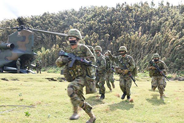 2020年11月1日,美国海军陆战队与日本两栖快速部署旅合作,在日本沿海无人居住的小岛加雅吉马进行了两栖攻击演习。 (美国印太司令部)