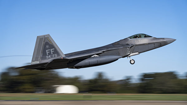 2020年11月17日, 美国空军第1战斗机联队第94战斗机中队的F-22猛禽战斗机部署到关岛。美军公布的图片显示2020年11月4日,第1战斗机联队的F-22战斗机在维吉尼亚州兰利-尤斯蒂斯联合基地飞行。(美国印太司令部)