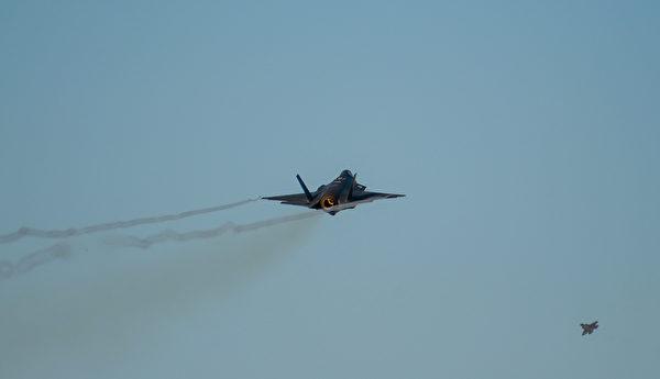 2020年11月17日,美军从阿拉斯加的艾尔森空军基地连续升空了12架F-35战机。(美国空军)