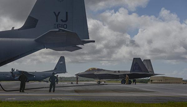 2020年11月22日 ,美军一架F-22战斗机在日本横田空军基地从1架C-130J超级大力神运输机接受热加油。 (美国空军)
