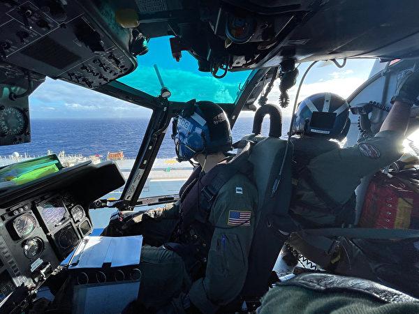 2020年12月4日,美军1架MH-65海豚直升机在夏威夷檀香山西北100英里处解救了1名水手。(美国海岸警卫队)