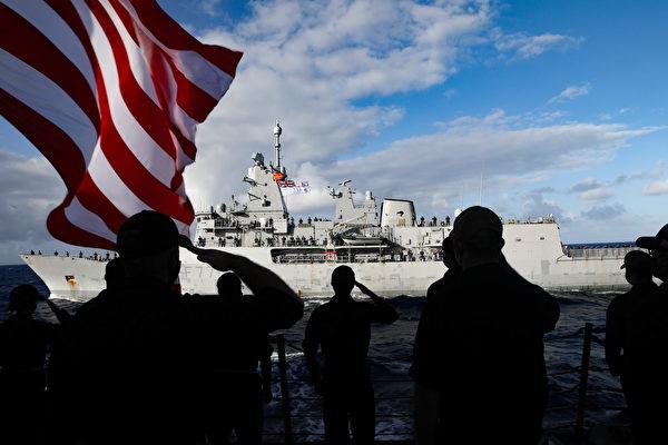 2020年12月9日,美军的驱逐舰墨菲号(DDG 112)上的水手向新西兰海军的护卫舰特卡哈号(F77)敬礼,两国海军于12月8日至9日在东太平洋进行了联合演练。(美国印太司令部)