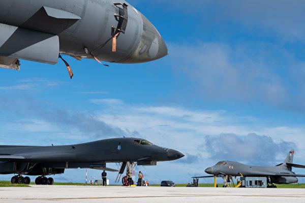 2020年12月10日,4架部署早关岛的B-1在轰炸机在整备中。(美国空军)