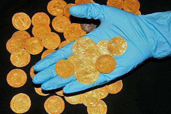 封城期间 英国人后院挖出大量15世纪金币