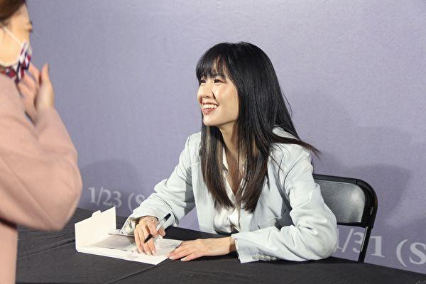 孫盛希簽票歡見歌迷 夯歌榮獲亞洲電視大獎