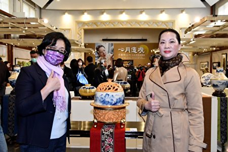 彰化县长王惠美(左)和卓丽秋在画展场合照。
