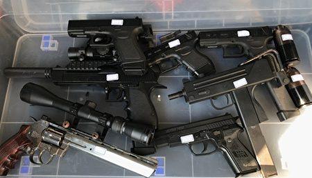 第一分局偵查隊經網蒐發現,有不明男子拍攝持槍影片及展示大量各式長、短槍彈並上傳至公開社群網站,供不特定人觀看,影片中有恐嚇公眾危安情事,影響社會治安甚鉅。