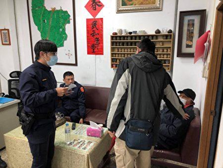 員警趕緊先將老翁暫時帶回派出所安置,並提供熱飲茶讓老翁飲用,稍作休息。