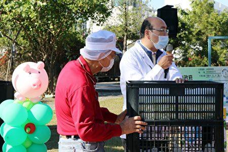 食材廠商更將食材載運到校園,現場演示防萊5步驟層層把關流程。