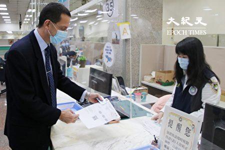 歐洲在臺商務協會執行長何飛逸領取新式外來人口統一證號居留證。