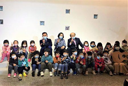 """总统蔡英文除了视察学童营养午餐,还参观了刚启用不久,被誉为""""如美术馆般""""的三民幼儿园,直呼""""让人惊艳""""。"""