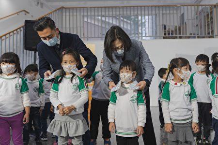 """寒流来袭,总统蔡英文参观了刚启用不久,被誉为""""如美术馆般""""的三民幼儿园,并带来限定版围巾做新春礼物,在今年入冬以来气温最低的时刻,亲手为学童们系上围巾御寒。"""