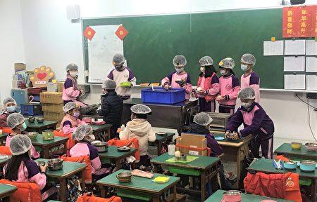 新竹市长林智坚表示,新竹市特别在契约上做了调整,肉品一律采用国产,请家长放心,孩子都是吃得最营养、最健康。图为三民国小学童中午打餐情形。