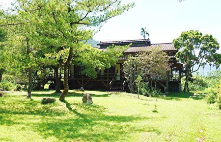 老五民宿依自然工法建筑而成的禅风茶楼,有着绿意盎然的庭园。
