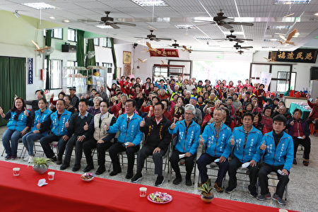 礁溪乡长张永德(前排中)、6个社区理事长及吴沙社区乡民。