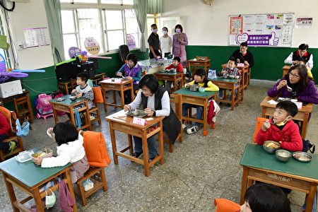 彰化县长王惠美访视南州国小营养午餐与学童共进吃午餐。