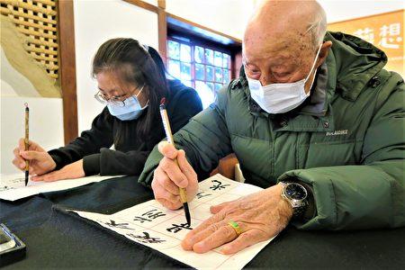 龚爷爷回忆儿时到祠堂写书法。