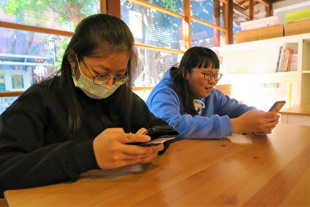 据国家发展委员会最新调查,跟家人朋友吃飯时会滑手机的比例提升至七成。