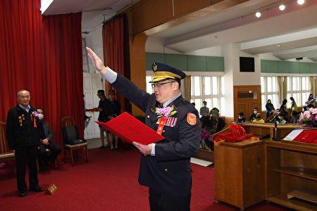 新任局長周煥興宣誓。