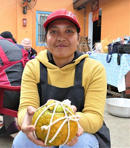 沒有一點空隙的緊壓果茶完成後,接下來就是蓋回柑皮蓋,用粗棉繩來回纏繞綁緊。