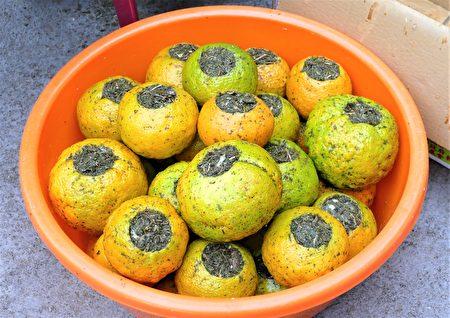 虎頭柑裡要填入七葉膽、尖尾風、桑葉、大風草、枇杷葉、雞屎藤、薄荷、肺炎草、香茅和佛手柑細絲,10種中藥草葉和綠茶混合。