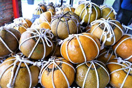 緊壓在虎頭柑裡的茶和草藥,在蒸煮的溼熱環境中才能充分地發酵,這是採用了普洱茶「渥堆」的工藝。