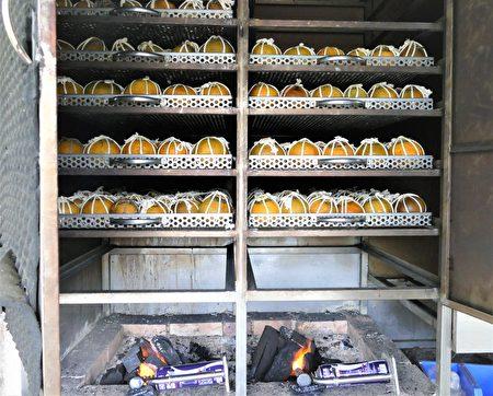 把綑紮好的酸柑茶放入蒸籠裡大火蒸1小時,再放入特製的炭火爐中烤去水分。