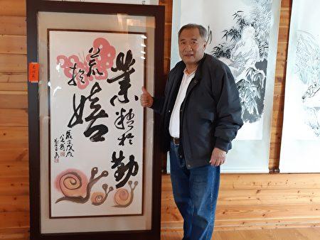 响应用艺术做公益,建筑业老板刘宏基与认购的画作。