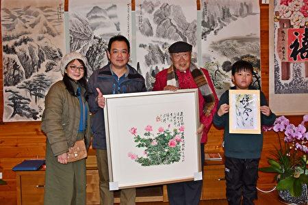 响应用艺术做公益,来宾认购收藏艺术品。