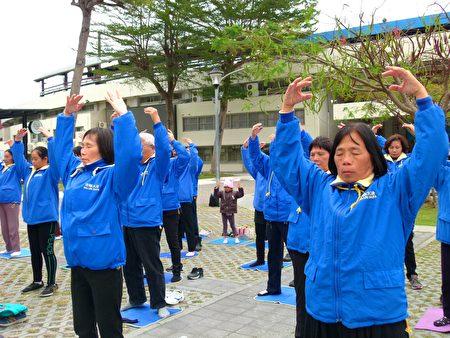 台東法輪功學員在體育場前集體煉功。