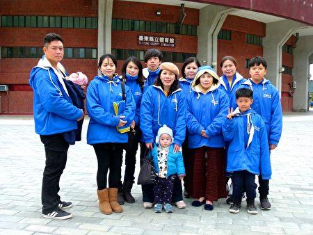 正宇(前右一)和家人一起參加向法輪功師父拜年活動。