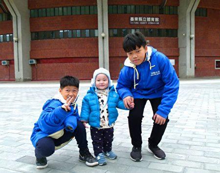 正宇(左一)和表哥表弟。