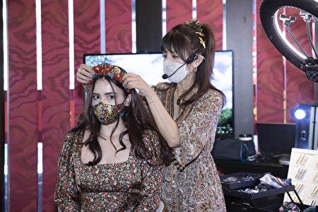 口罩、发饰与同色系的春季碎花服装,显出精心打造的一体感。