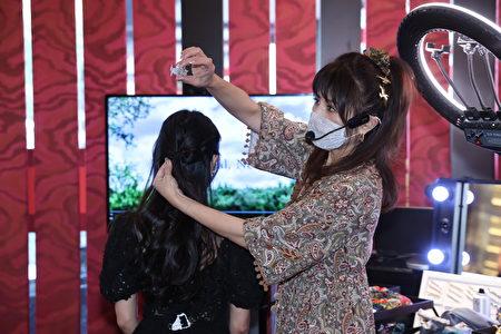 转绕公主头发丝到正后方,用小型鲨鱼夹固定。